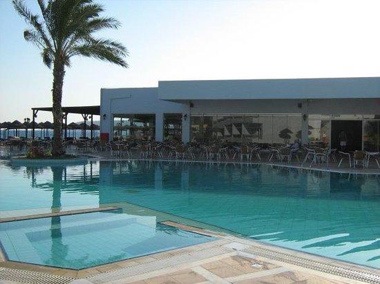 Avra Beach Resort Hotel - Bungalows: Leuk zwembad!