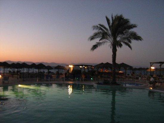 Avra Beach Resort Hotel - Bungalows: Het hotel s'avond,romantisch toch?