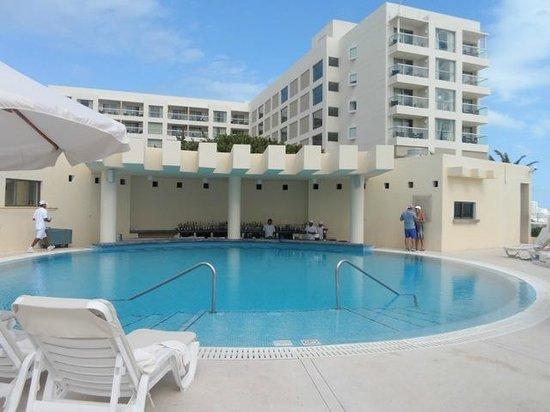Live Aqua Beach Resort Cancun: Swim up bar