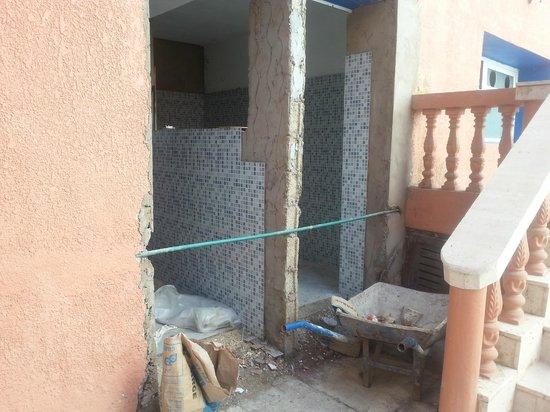 El Morabitine Hotel : metal poles holding up part of hotel