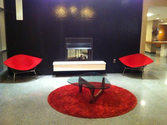 The State House Inn - an Ascend Collection Hotel: Lobby with Bertoia chairs and Noguchi table