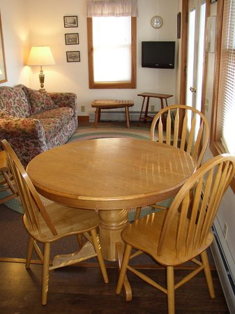 Bass Harbor Cottages and Country Inn: Queen Suite
