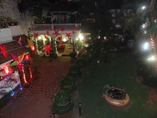 Ann's Residency: Christmas decoration in courtyard