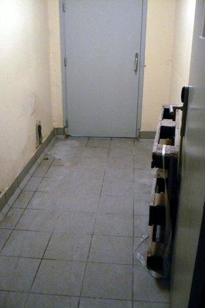Comfort Suites Cannes Mandelieu : sporcizia accesso alle camere dai box