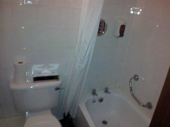 The Martello Hotel: Bathroom