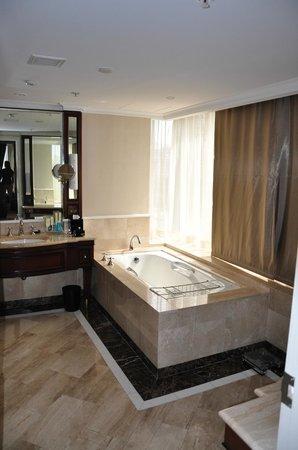 Shangri-La Hotel Sydney: bath