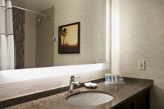 Wyndham Santa Monica At The Pier: Guest Bathroom