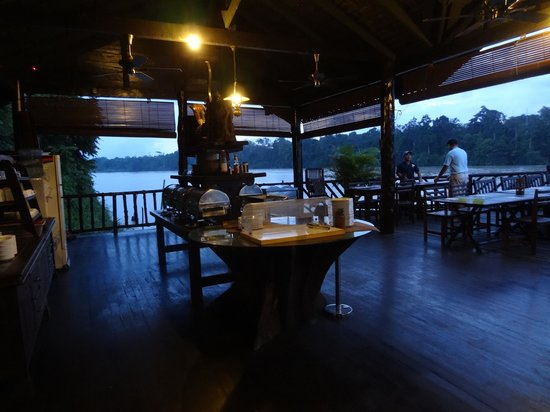"Sukau Rainforest Lodge: mat""salen"" vid floden"