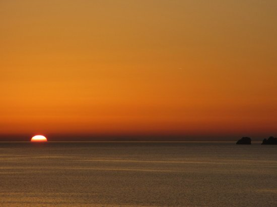 Pandrossos Hotel: Pôr do sol visto da varanda comum frontal do hotel