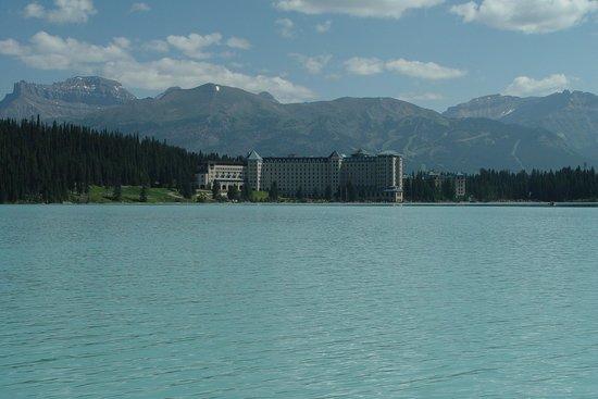 Fairmont Chateau Lake Louise: Chateau from the lake