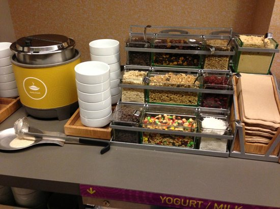 Home2 Suites by Hilton Philadelphia - Convention Center, PA: Yummy oatmeal add-ins!