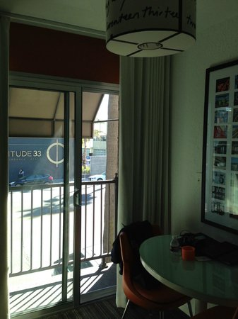 Inn at Venice Beach: View of Washington Blvd from our room