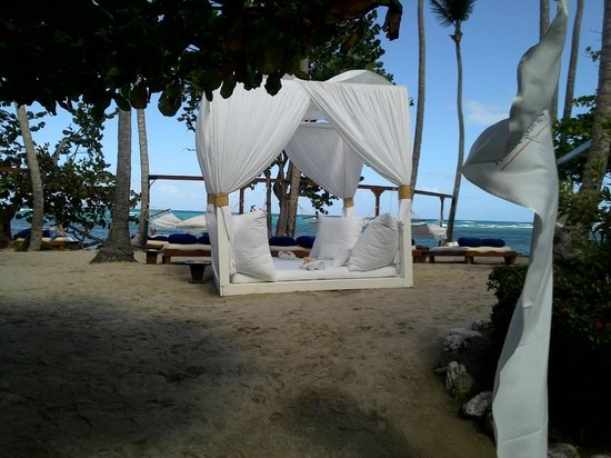 The Tropical at Lifestyle Holidays Vacation Resort : beds and cabana beds of every style