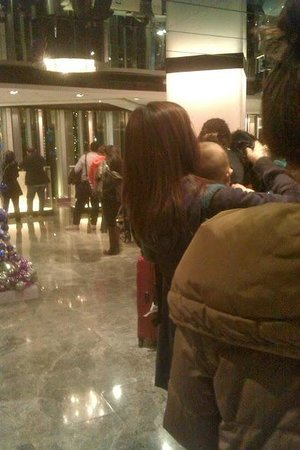 The Mira Hong Kong : The queue for checking out in the lobby.