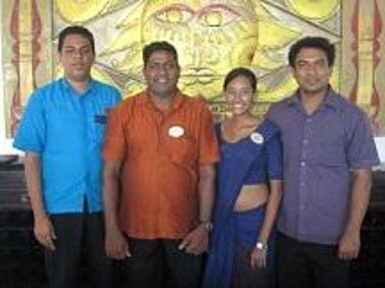 AVANI Bentota Resort & Spa: Tissa Office Manger und Crew