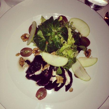 LEON Restaurant: Pochierte Rote Bete mit Roquefort-Creme  und Trüffelvinaigrette