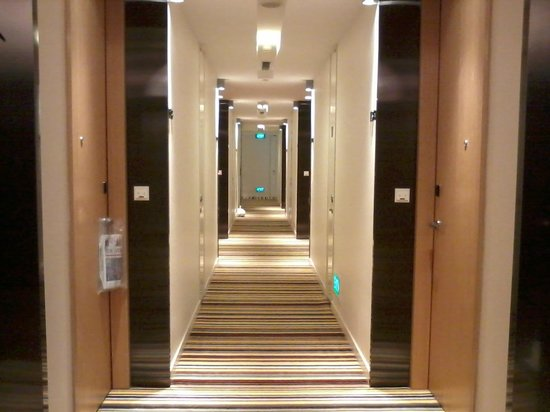 Days Hotel Singapore At Zhongshan Park: The hall way going to our room.