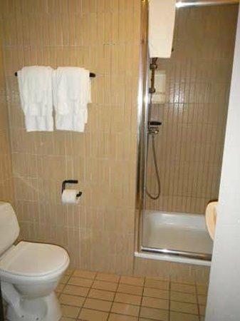 Highland Hotel: bathroom