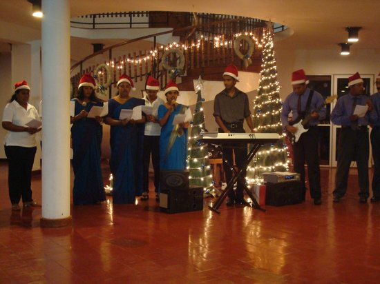 Palm Village Hotel : Christmas carols by the staff