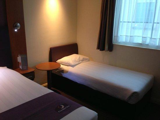 Premier Inn Dubai International Airport Hotel: Single bed .