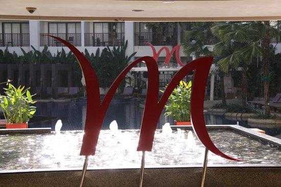 Deevana Plaza Phuket Patong: Вид на бассейн и бар