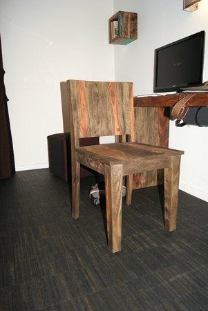 Almodóvar Hotel: Stoel gemaakt van oud hout.