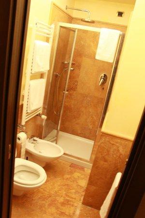 Hotel Al Codega : Box, chuveiro com barra quente para secar as toalhas