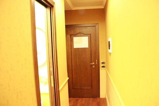 Hotel Al Codega : corredor entre o armário e a porta do quarto