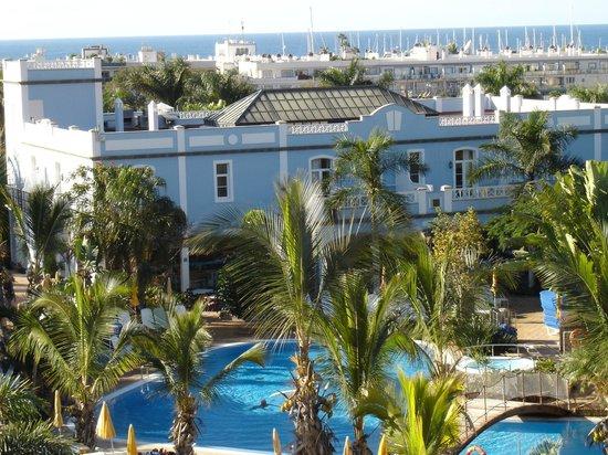 Cordial Mogan Playa: Das blaue Haus mit Poolbar, Restaurant und im Untergeschoss Fahradverleih und Fitnesstudio