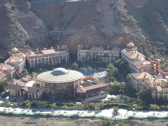 Cordial Mogan Playa: Blick vom Berg auf einen Teil der Hotelanlage