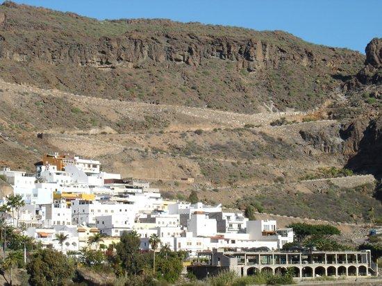 Cordial Mogan Playa: Dorf und im Hintergrund Serpentinen zum Leuchtturm