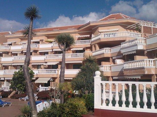 Tenerife Royal Gardens: Utsikt över hotellet från solterassen