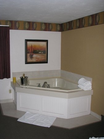 Bayside Resort Hotel: We lucked out and got a Jacuzzi suite, which avoided the crowds at the indoor pool and Jacuzzi.