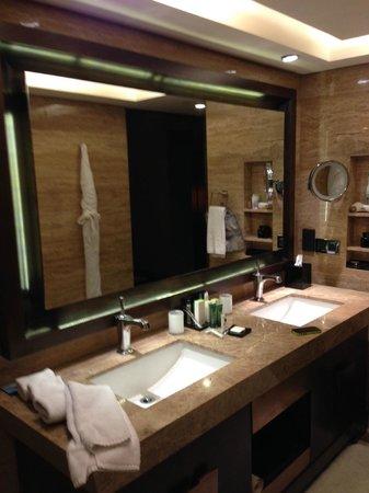 Hilton Beijing Wangfujing: Bathroom area