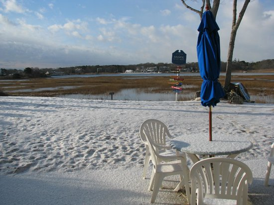 Bayside Resort Hotel: New Year's Eve morning snowfall on the small marsh-side beach