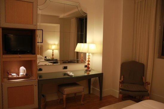 Starhotels Tuscany : quarto mesa