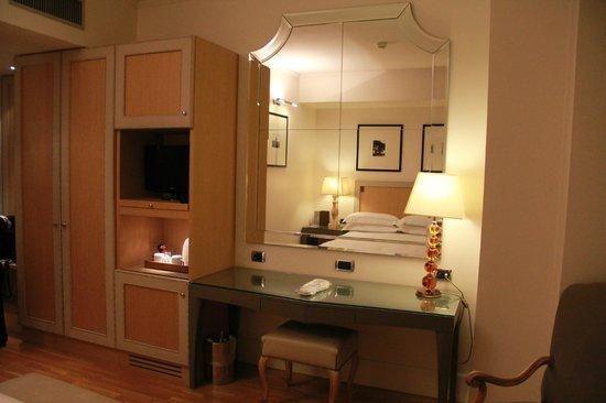 Starhotels Tuscany : mesa, armario com cofre e TV