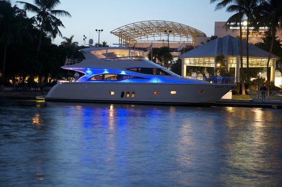 Coastal Yacht Tours: Beautiful Night