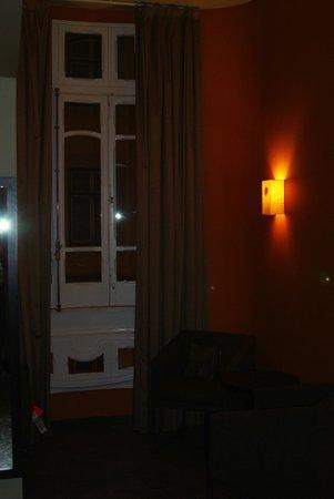 Internacional Design Hotel: Комната ночью