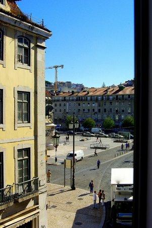Internacional Design Hotel : Вид из того же окна на площадь Фигейра