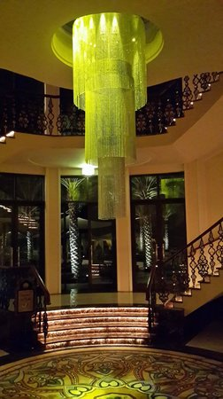 Shangri La Barr Al Jissah Resort & Spa-Al Bandar : The Remaining bit of the chandelier