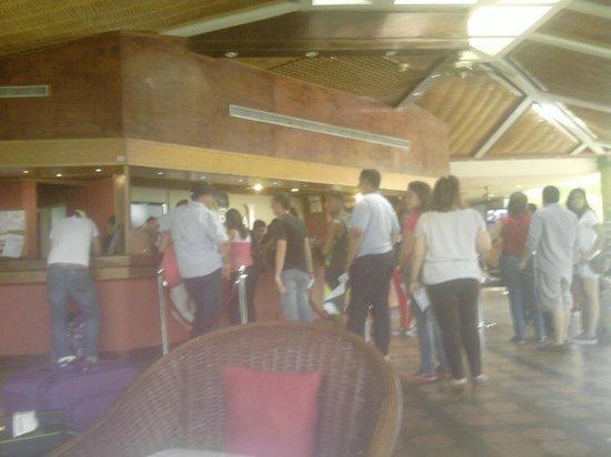 Hesperia Playa El Agua: Cola para el Check-in