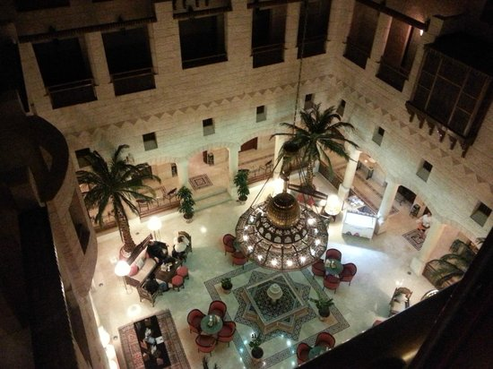 Movenpick Resort Petra : The atrium, leading to a cafebar and two restaurants