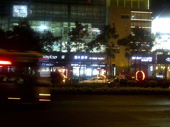Ibis Xiamen Kaiyuan: The Mall opposite.