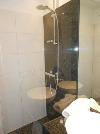 Motel One Berlin-Hackescher Markt: Bathroom
