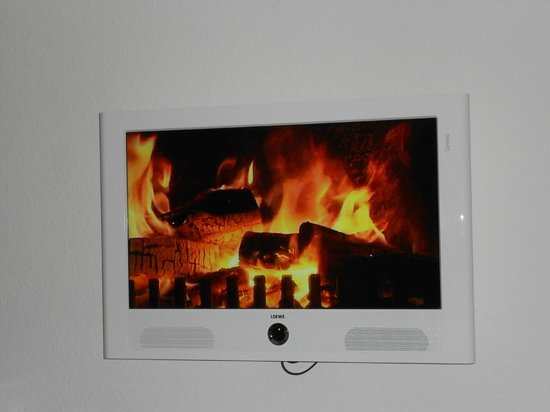 Motel One Berlin-Hackescher Markt: Warming the room through the mind (the TV when not in use)