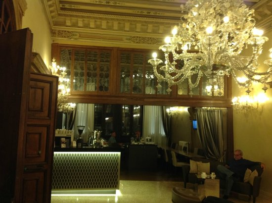 Arcadia Boutique Hotel: Beautiful breakfast area and lounge on third floor. Nightly snacks and drinks.