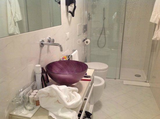Arcadia Boutique Hotel: Bathroom in our first floor suite.