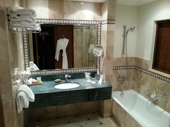 Movenpick Resort & Spa Dead Sea: Bathroom