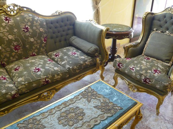 Jibreen Hotel : Gilt and upholstered chairs, and sequinned table mat on marble-topped coffee table!